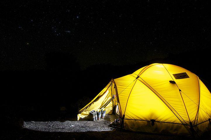 Emplacement de camping pour dormir sous la tente à Fréjus